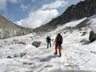 ultimo tratto di ghiacciaio (messo malissimo) per raggiungere il Passo della Lobbia Alta. La parete sotto il Rifugio Caduti dell'Adamello scarica, e non ci sembrava il caso di passarci sotto!