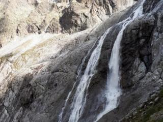 la parte ferrata di scentiero scende proprio accanto alle incredibili cascate del Matarot, belle piene essendo pomeriggio