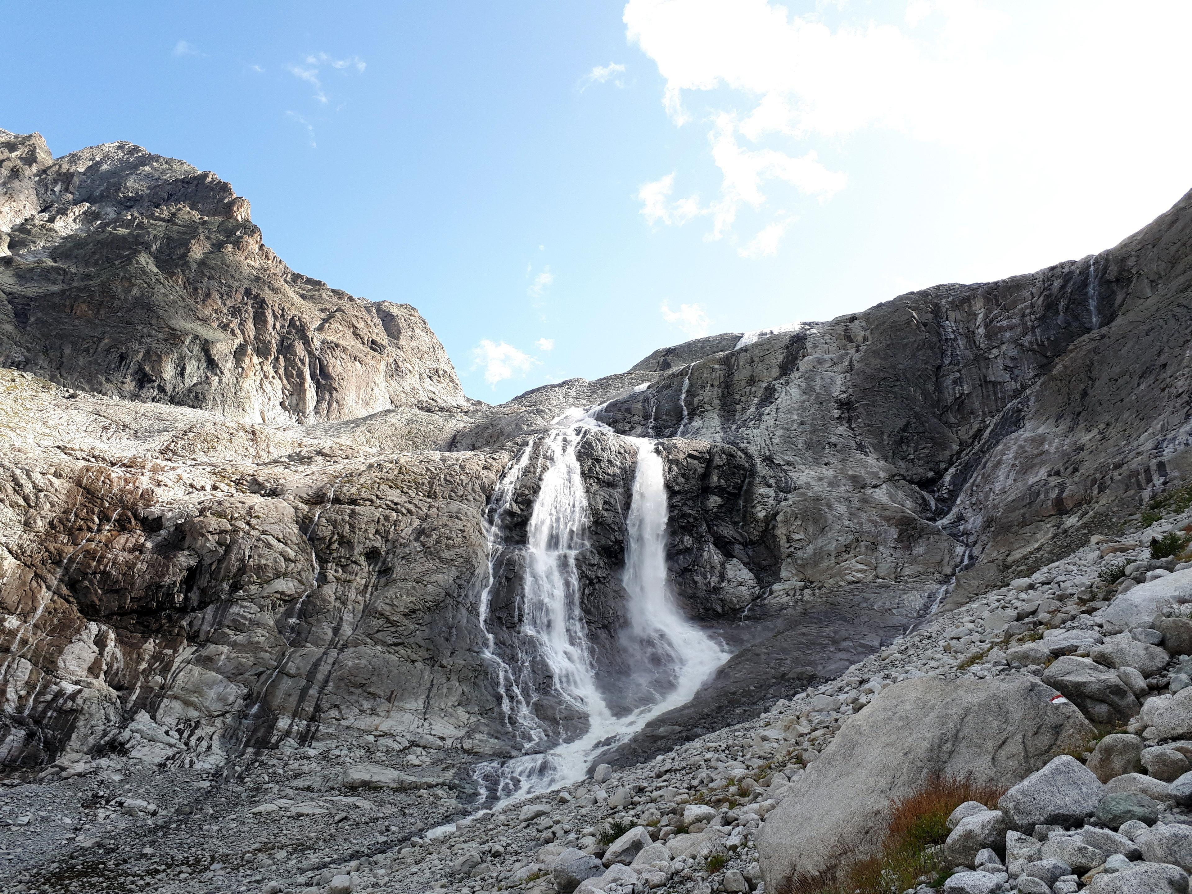 più si scende più diventa evidente la maestosità di queste cascate: noi ci interroghiamo sull'ipotesi che siano o meno scalabili in invernale (malati!)
