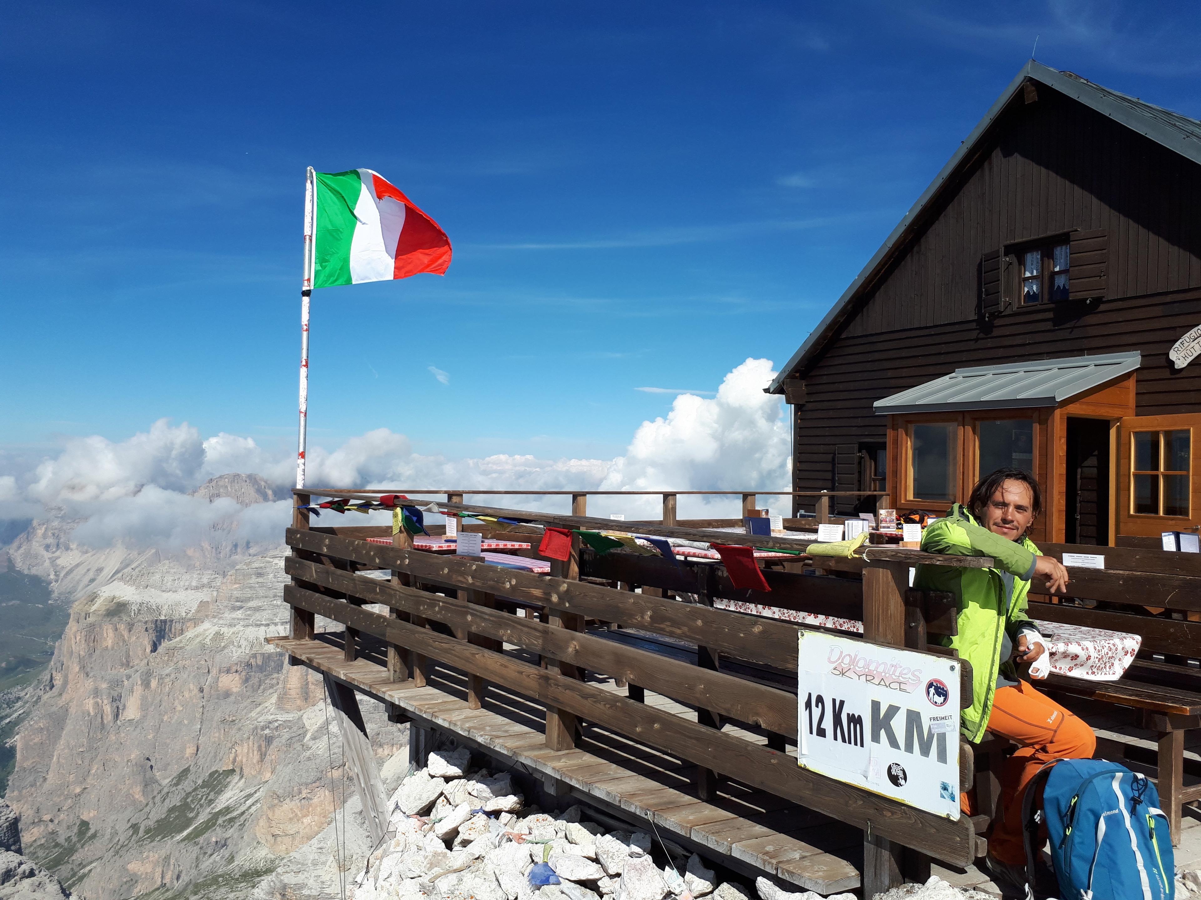 ci godiamo una lunga pausa qui alla Capanna Fassa: la maggior parte degli escursionisti deve ancora arrivare e il panorama è super