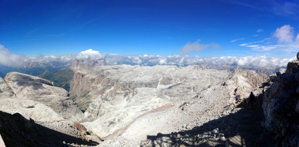 panorama sulla Val de Mesdì verso il Sassolungo, all'orizzonte