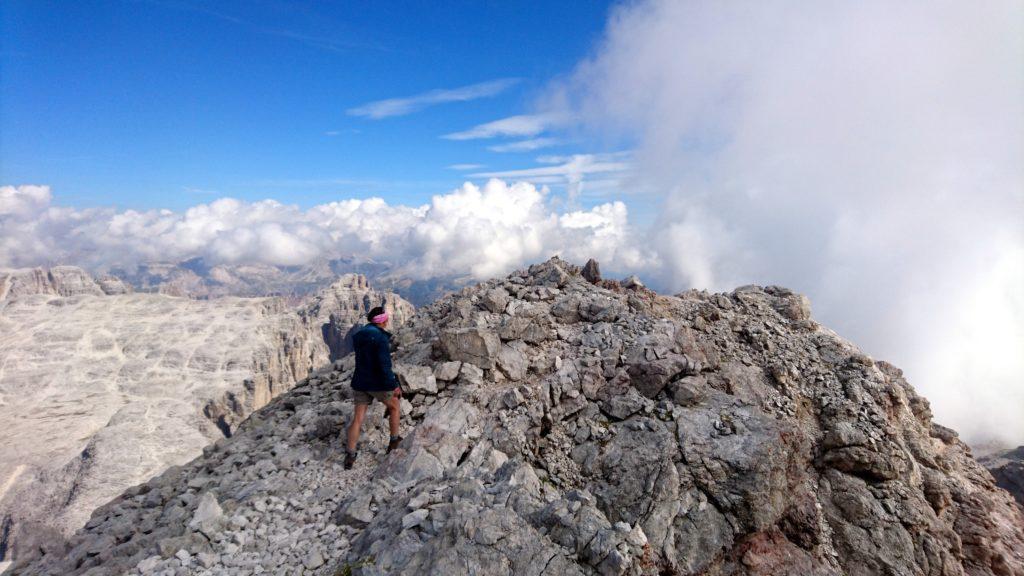 il nostro sentiero prosegue in cresta, anzi... in Cresta Strenta, sopra lo spallone a nord del pizzo