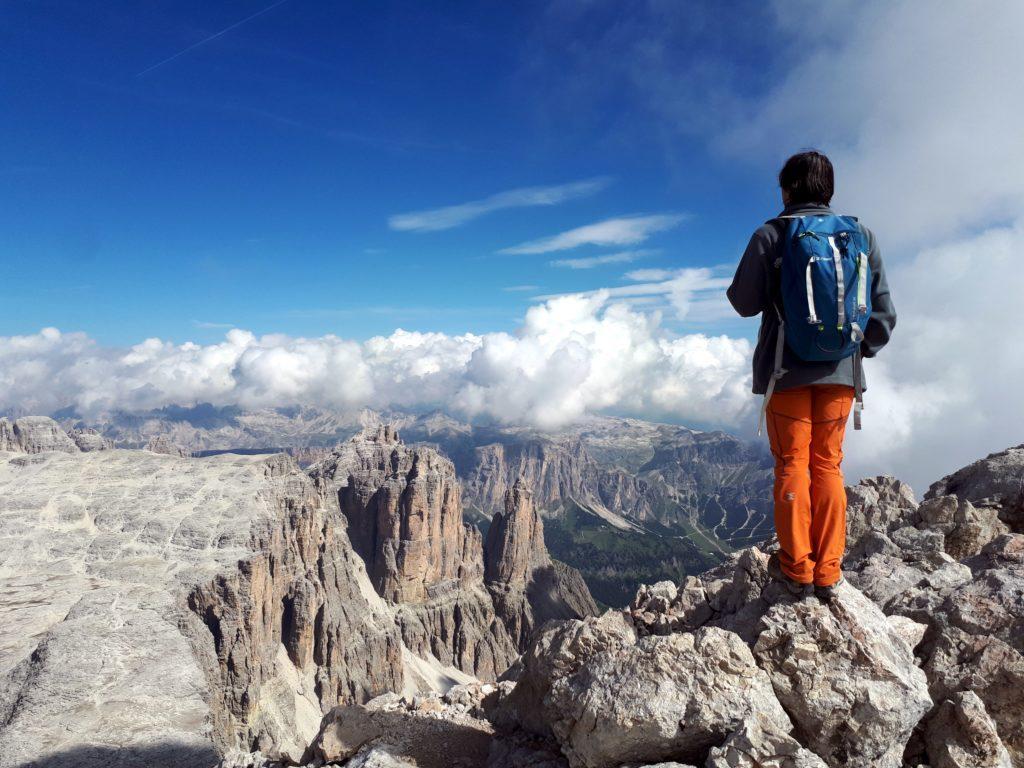 Gabriele osserva i pinnacoli e le guglie del Daint, Bec e Sass de Mesdì
