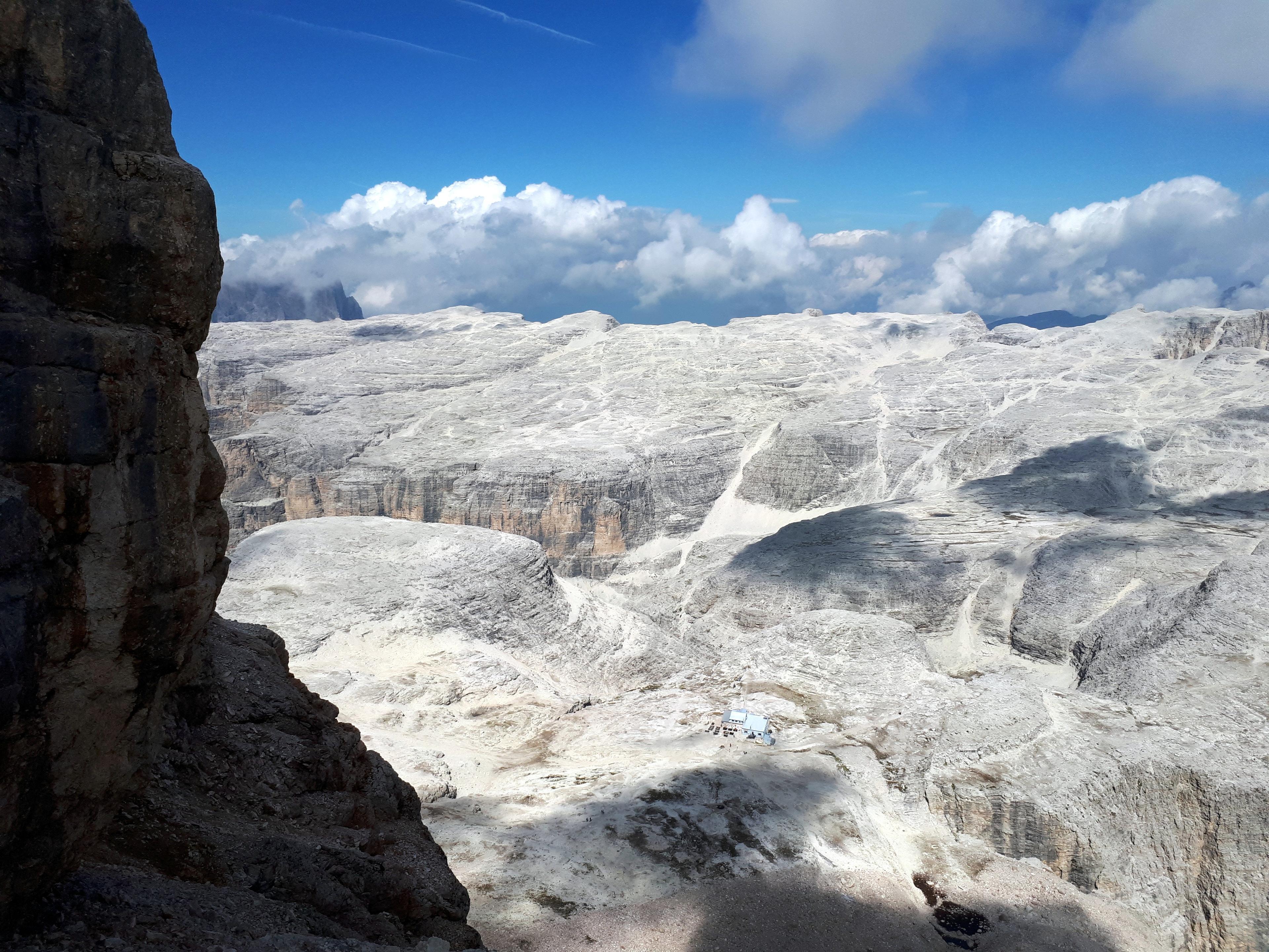 in basso, confuco con i colori della roccia, il Rifugio Piz Boè