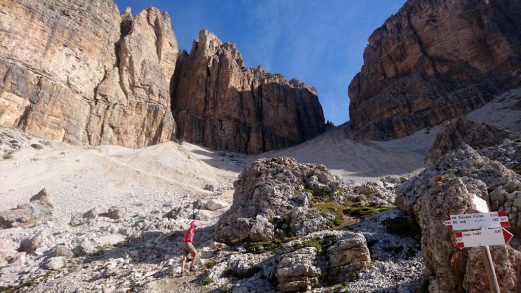 il sentiero attraversa il ghiaione salendo ripidamente verso la forcella