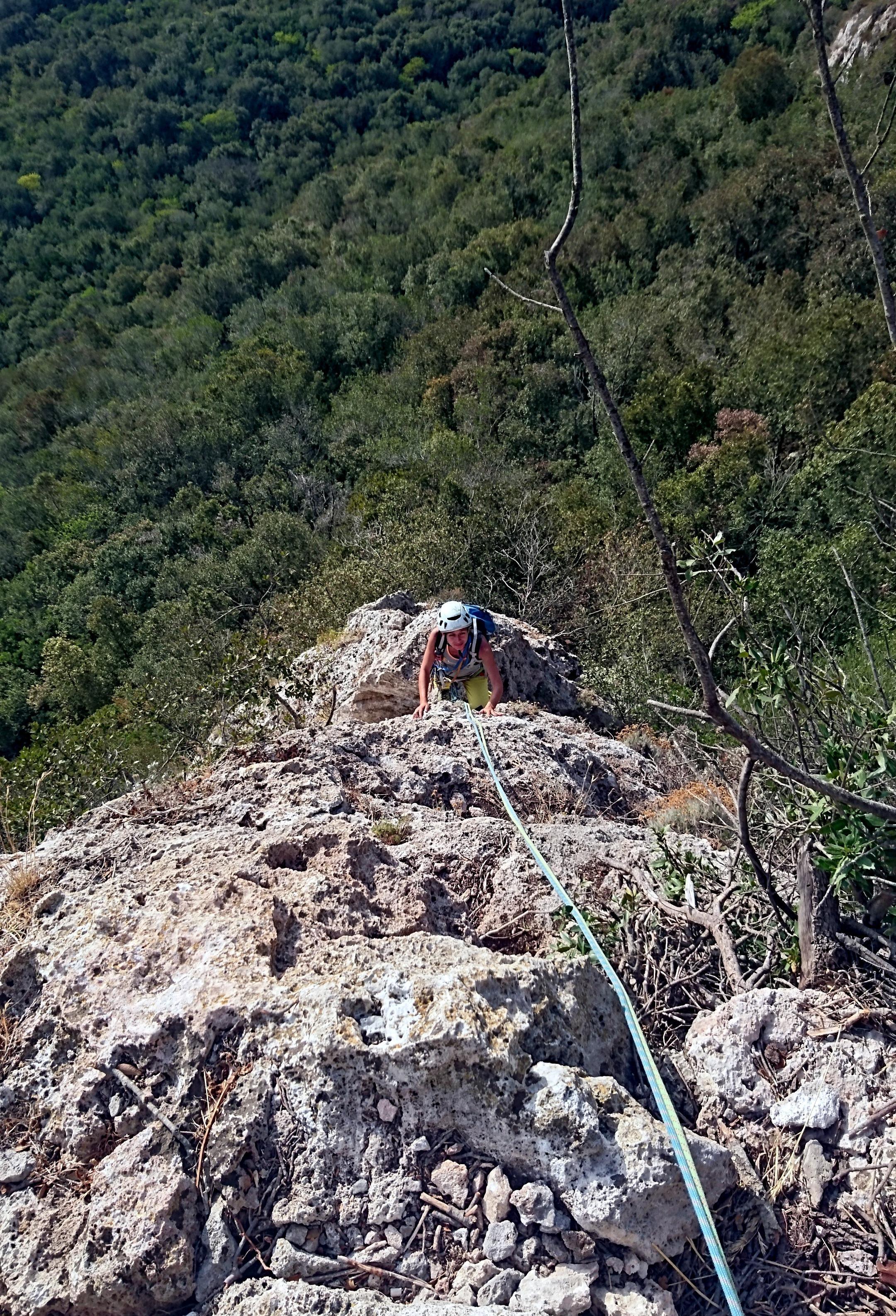 Erica sul filo di cresta per facile spigolo di III