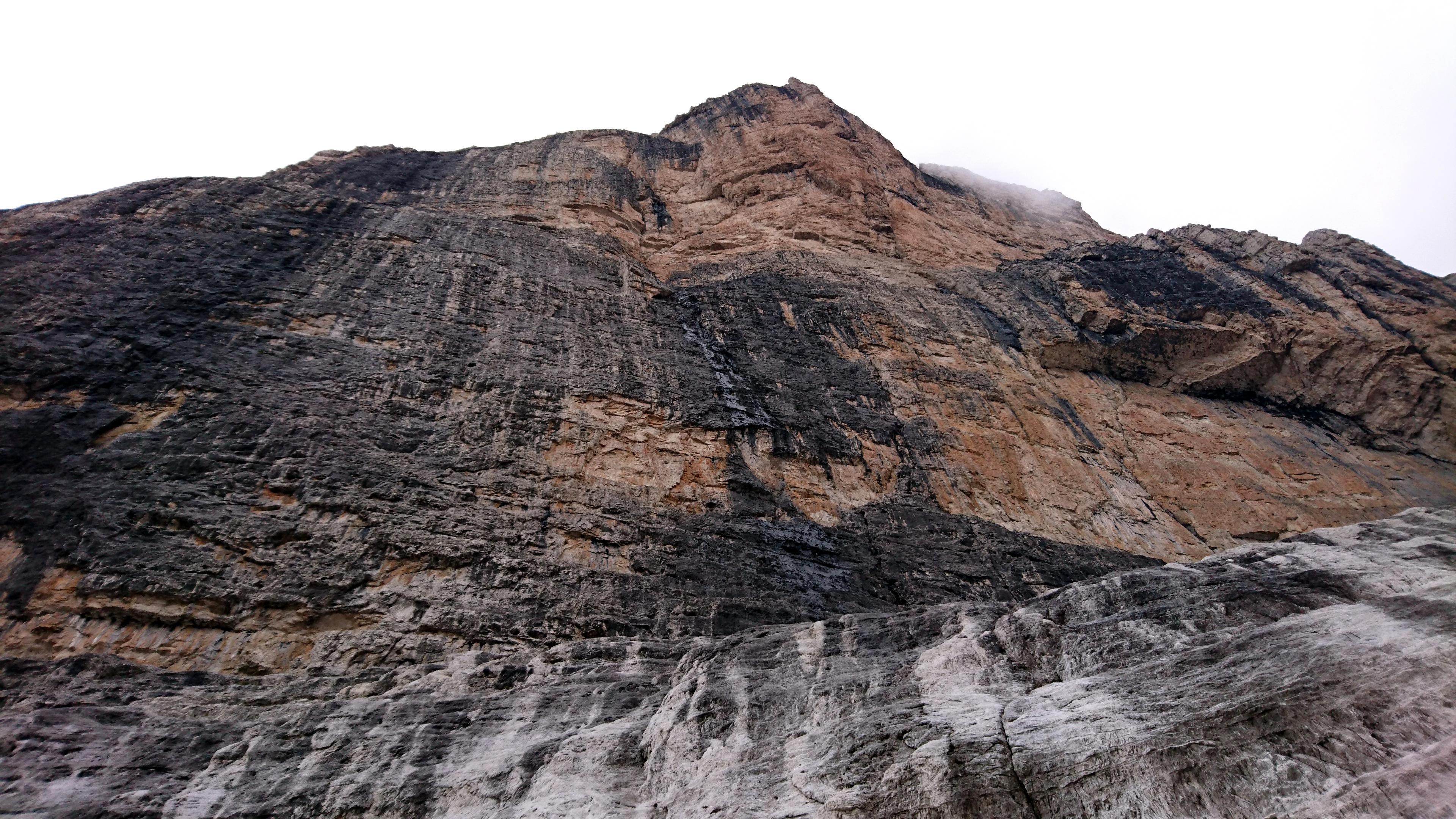il paretone est della Cima d'Ambiez, dove sono presenti molte vie di arrampicata