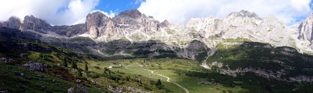 panorama della valle d'Ambiez dal Rifugio Al Cacciatore: ci aspetta il taxi jeep per il rientro