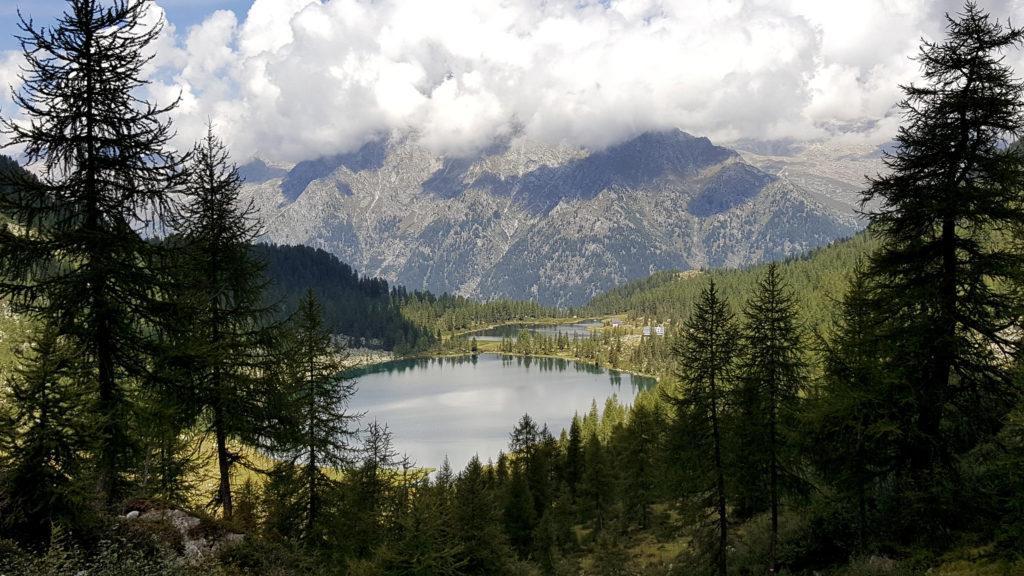 Man mano che si sale verso la forcella, la vista dei laghi diventa sempre più bella