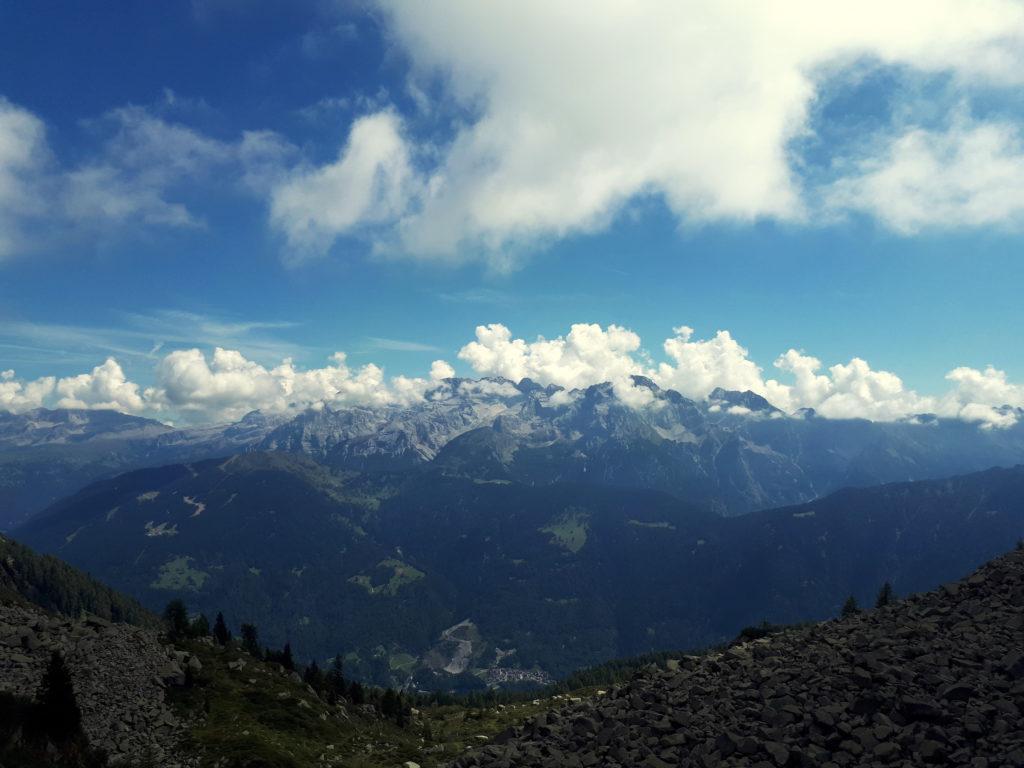 Giunti alla forcella, il versante opposto regala un'altrettanto splendida vista sul gruppo del Brenta