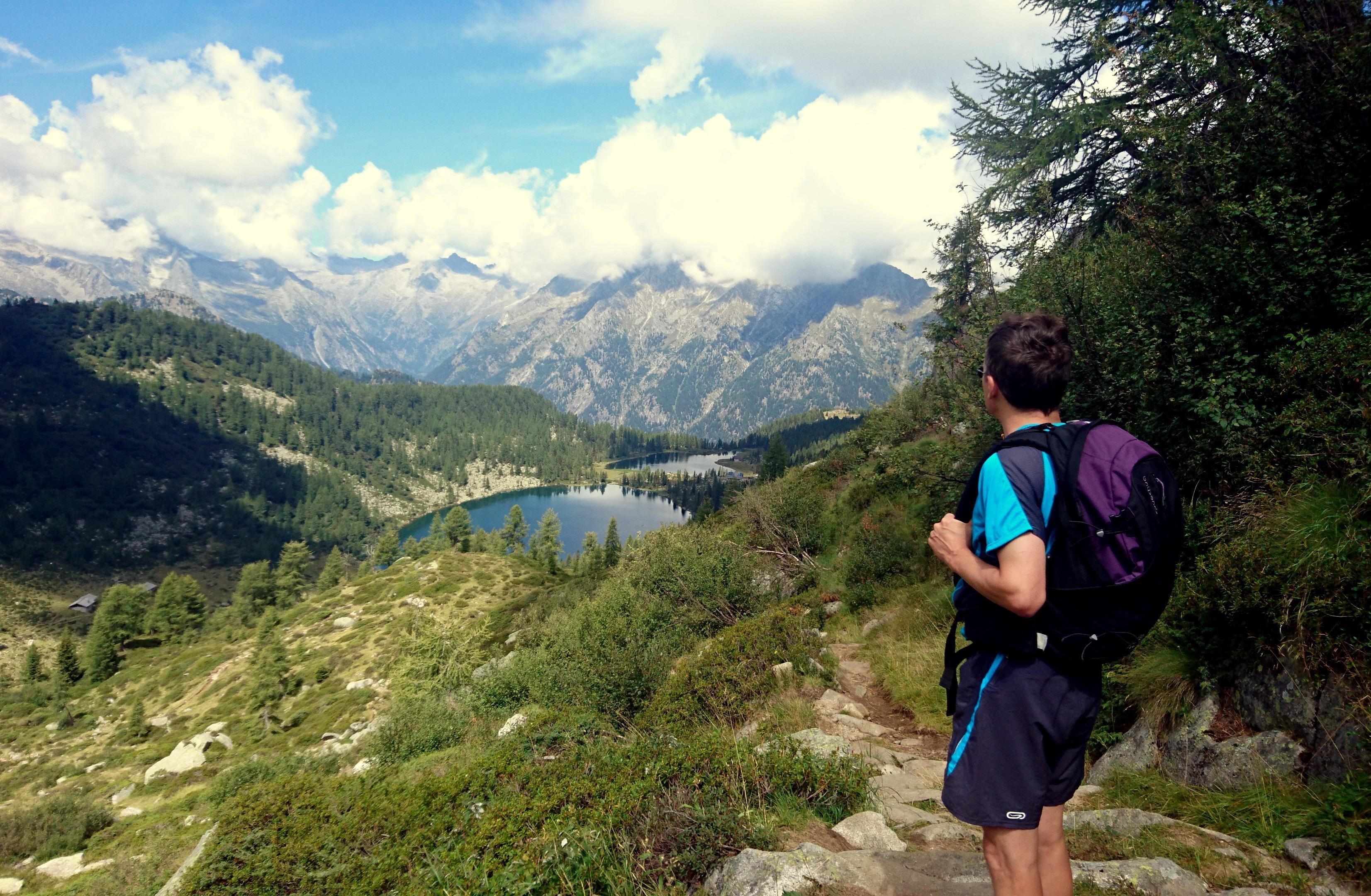 Mio fratello nei della forcella guarda un'ultima volta il bel paesaggio di questo versante