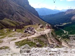 Ci incamminiamo quindi per roccette verso il rifugio Re Alberto I. Uno sguardo verso valle dal sentiero