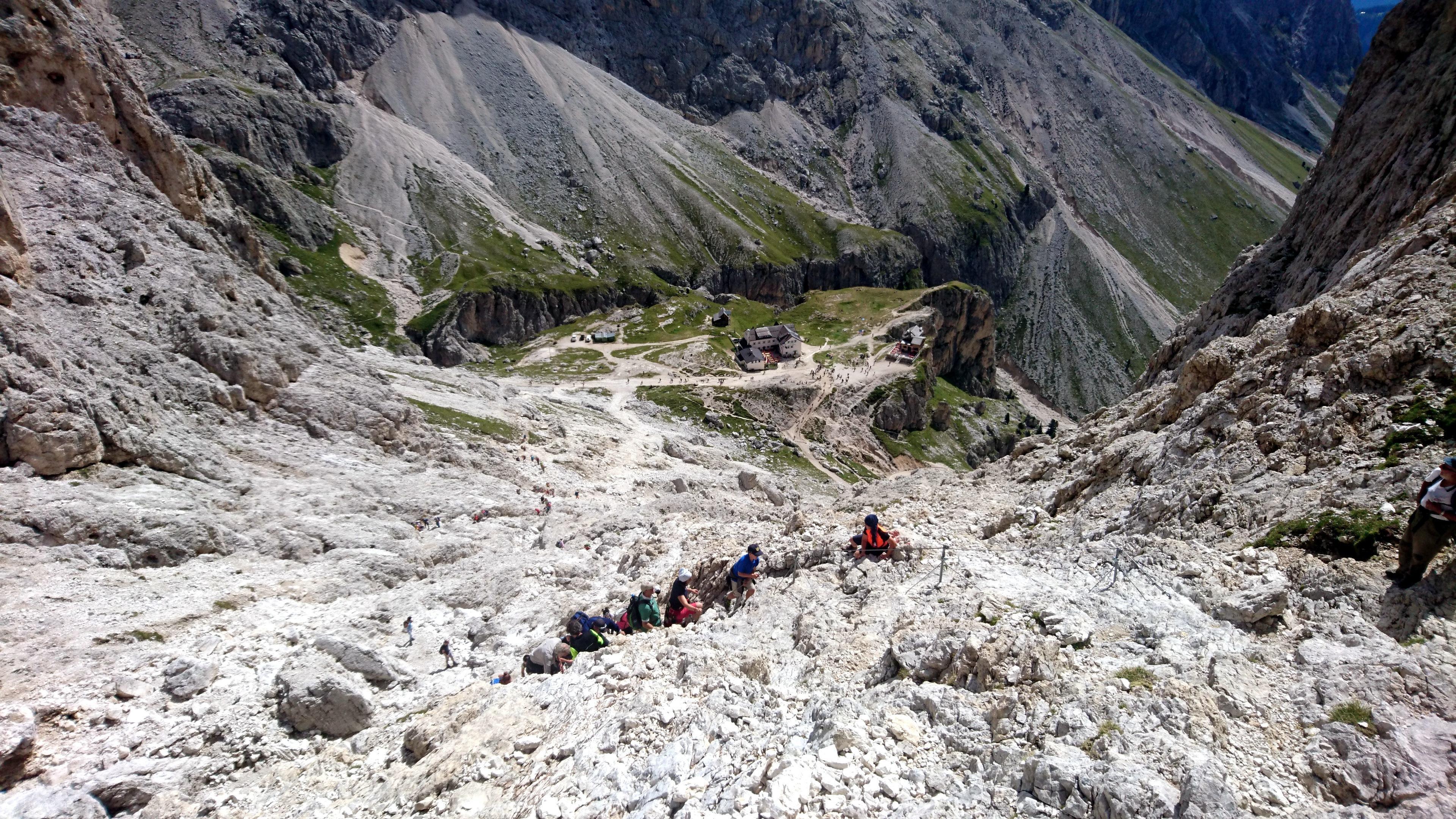 Il sentiero roccioso e sfasciumoso che collega il rifugio Vajolet col rifugio Re Alberto I