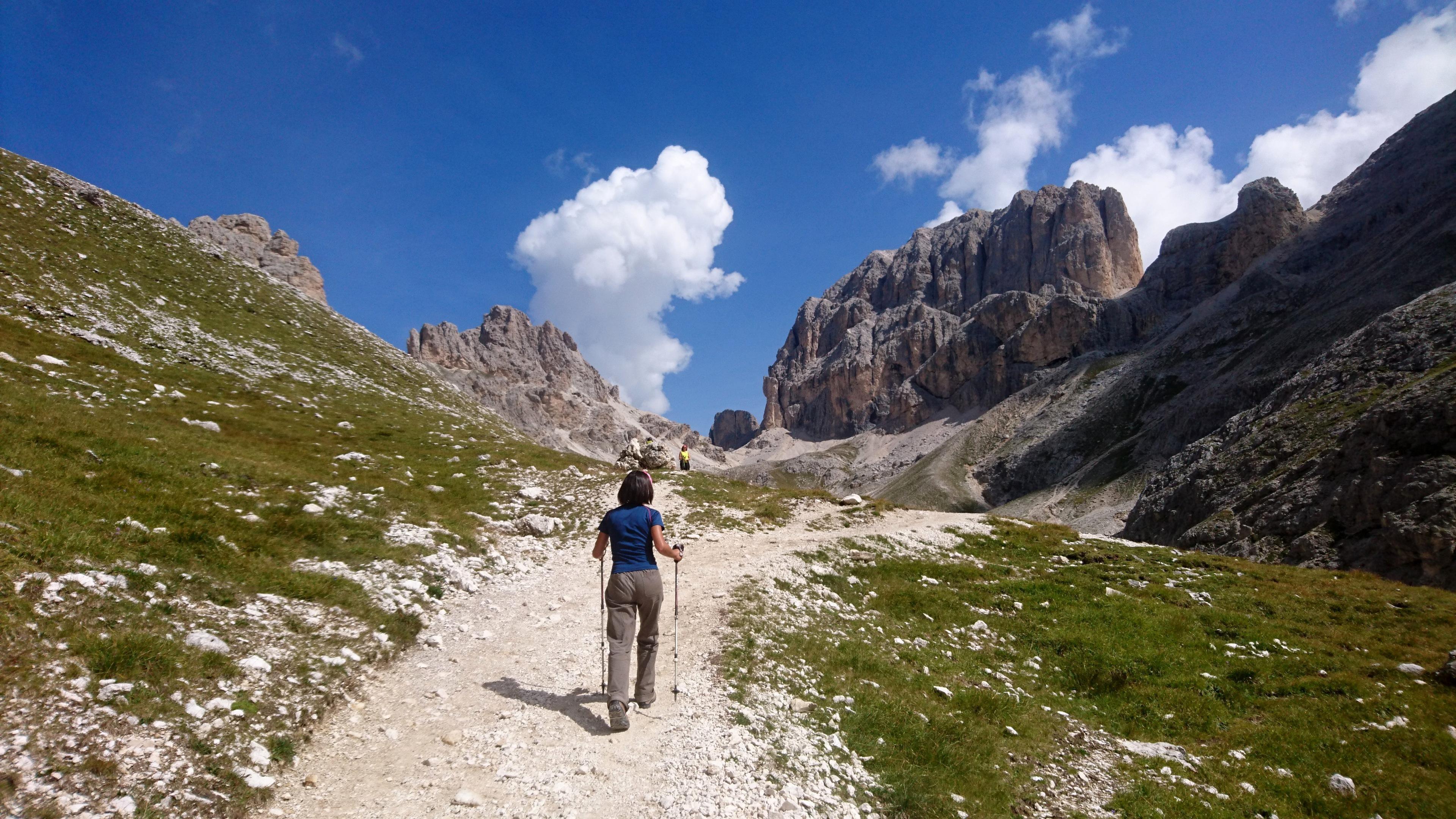 Erica sul sentiero verso Passo Principe, con i gruppi montuosi che piano piano si avvicinano
