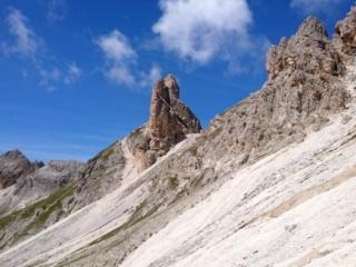 Uno sguardo ad un bel pinnacolo isolato visto da poco prima del passo