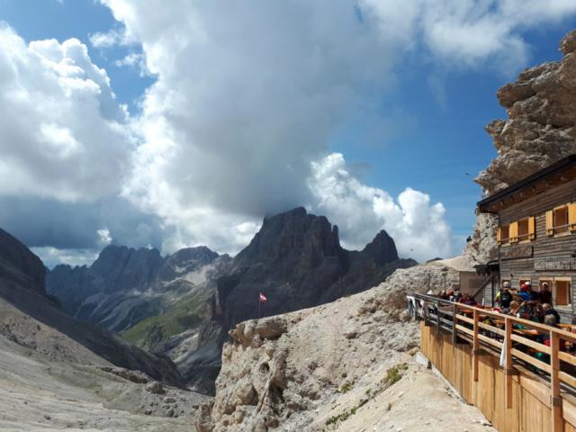 Vista dal rifugio di Passo Principe che batte bandiera della provincia autonoma di Trento