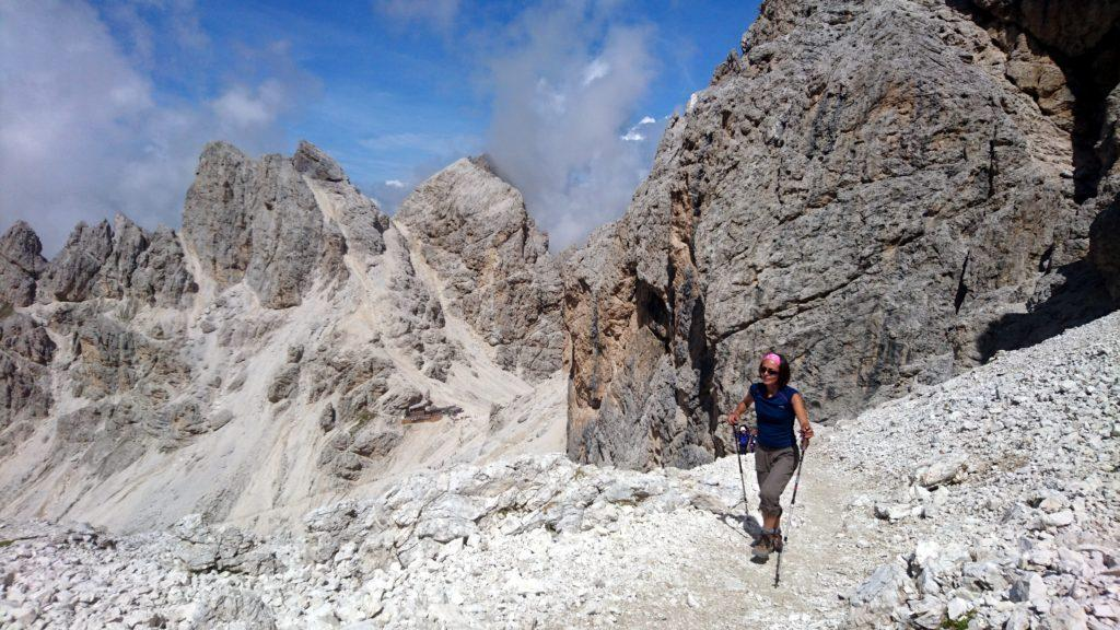Si risale verso un passo che aggira la montagna e si scende nella valle dal lato opposto