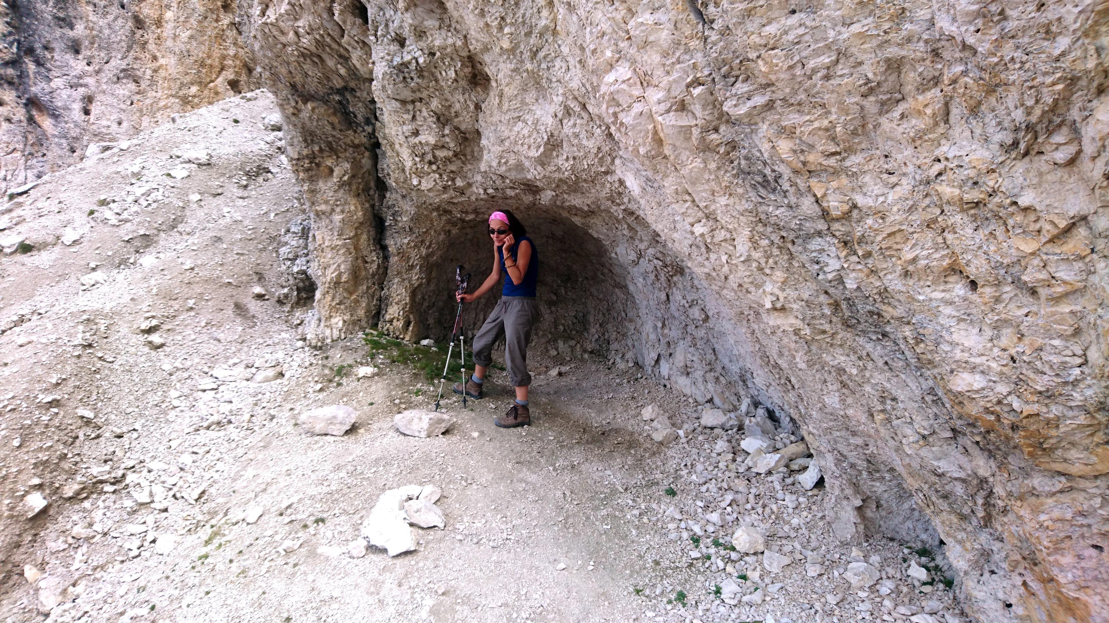 Erica gioca con una piccola nicchia naturale nella roccia