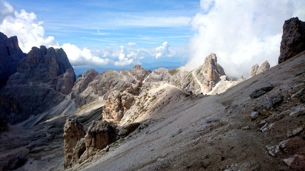 Stiamo aggirando la montagna. Vista verso il sentiero da cui proveniamo