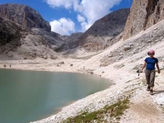 Per raggiungere il rifugio, si passa poi accanto al lago. Dietro, la valle da cui proveniamo