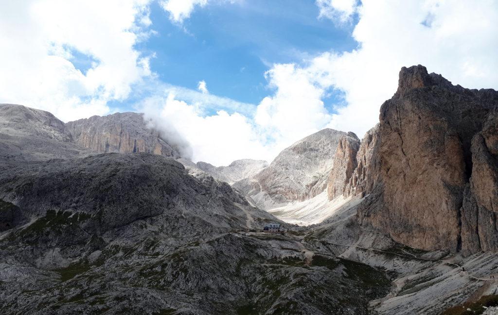 Vista del rifugio Antermoia nella sua bella location, dal passo da cui parte la discesa verso la valle Udai e la val di Dona