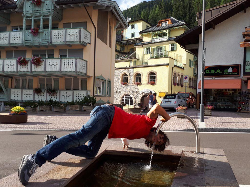 Questo sono io che cerco di abbeverarmi ad una COMODISSIMA fontana nel centro di Canazei