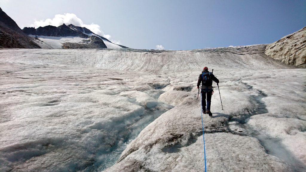 si procede in questo mare di ghiaccio, cercando la strada migliore per superare i crepacci