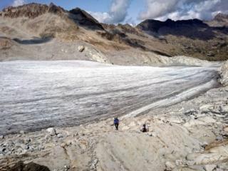 in questo punto i due lembi di ghiacciaio non sono più connessi (sigh!): bisogna procedere sulla crestina di rocce e sfasciumi che li divide
