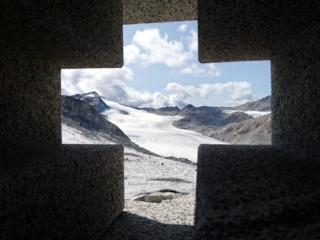 roccia e rocce: una scolpita e levigata dall'uomo, l'altra dai ghiacci perenni. La foto è fatta dall'altare dove celebrò messa Giovanni Paolo II