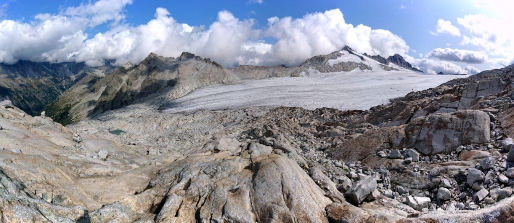 comincia la discesa: in lontananza il piccolo laghetto glaciale solo qualche anno fa lambito dal ghiacciaio