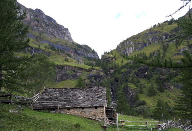 dal parcheggio della Località Ponte di Campo si inizia a salire nella stretta valle solcata dal torrente Cairasca