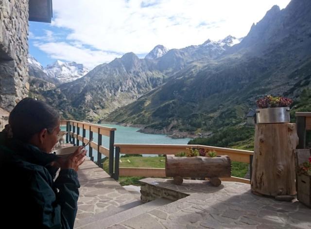 Erica si gusta una tazza di thé per riscaldarsi un po', visto il vento gelido che arriva dalla conca del Barbellino