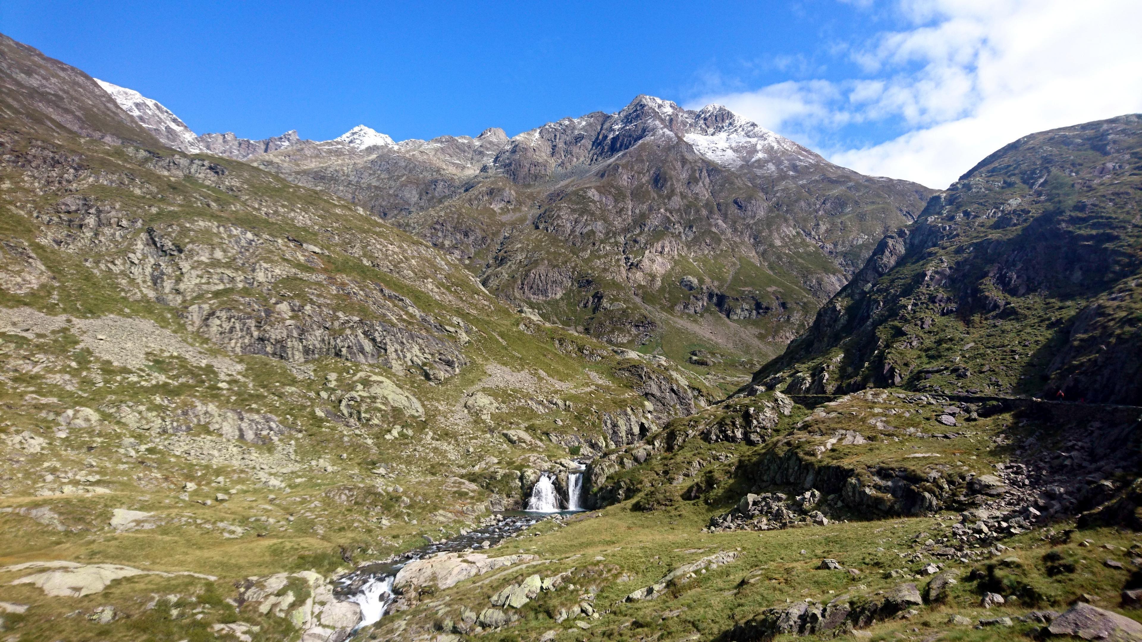 qui siamo nella splendida valletta che collega il lago naturale del Barbellino (a monte) e quello artificiale (a valle)