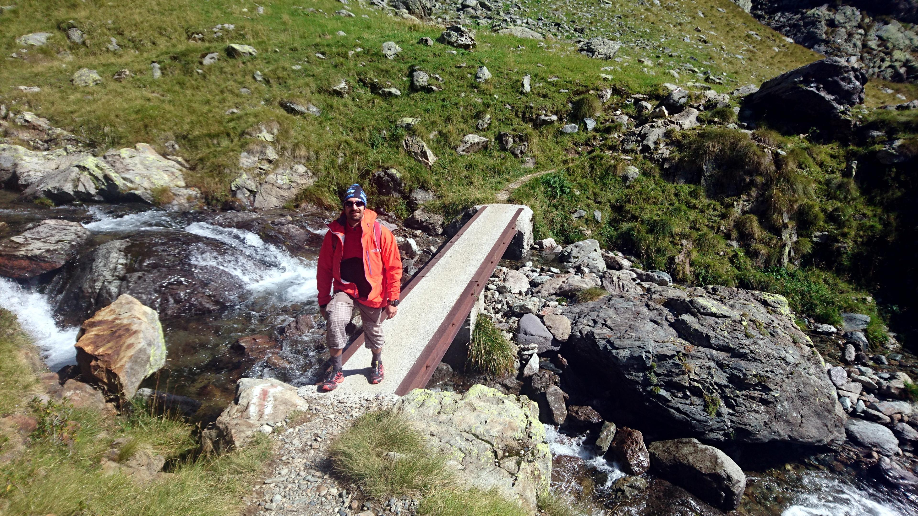 Teo al primo ponticello lungo la salita verso il lago della Malgina
