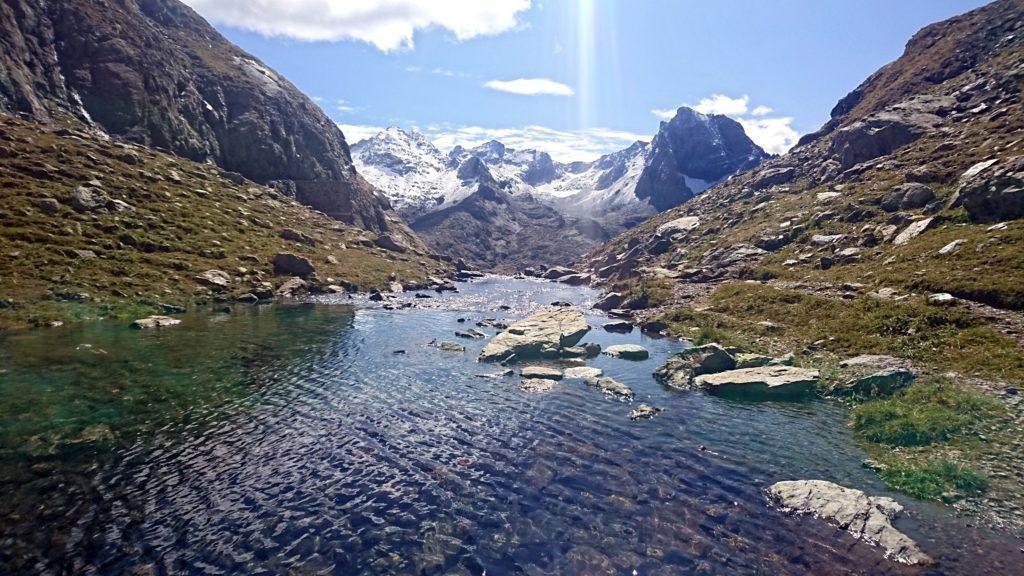 l'emissario del lago della Malgina che porta l'acqua a valle e il Recastello sullo sfondo