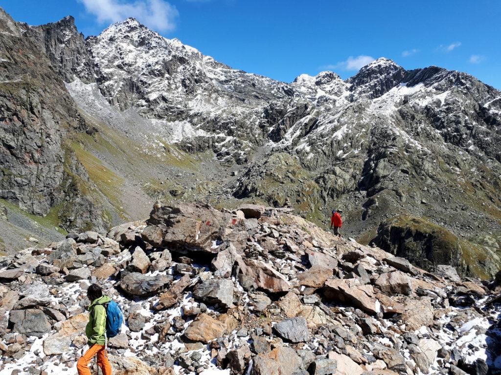 raggiungiamo una prima selletta da cui si vede il passo di Caronella sul versante opposto