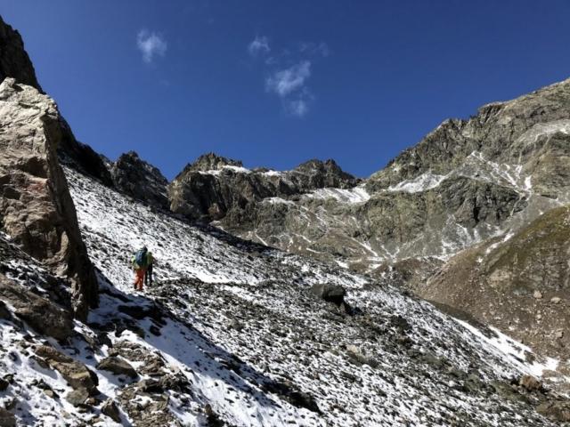 eccoci nella conca del Pizzo della Malgina. Si risalirà la valle fino quasi in fondo, per poi svoltare a destra seguendo la cresta fino al passo