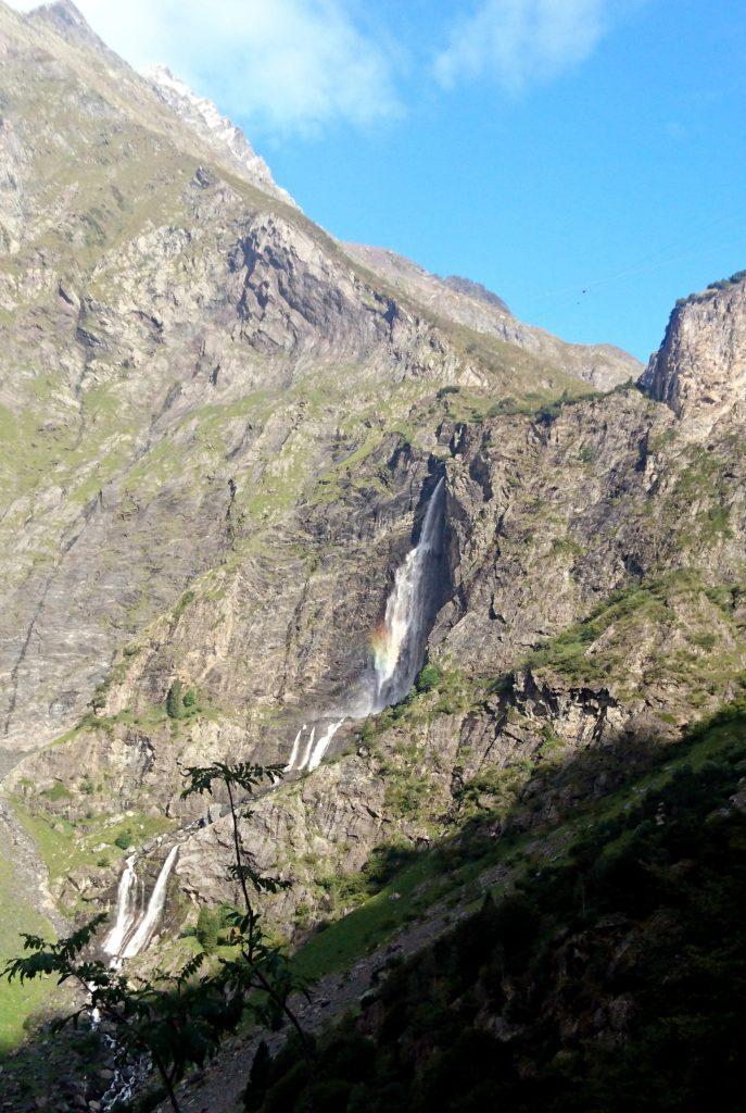 dettaglio delle cascate del Serio con l'arcobaleno del mattino