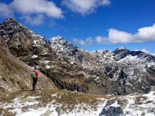Erica in un punto panoramico lungo la cresta che porta al passo della Malgina