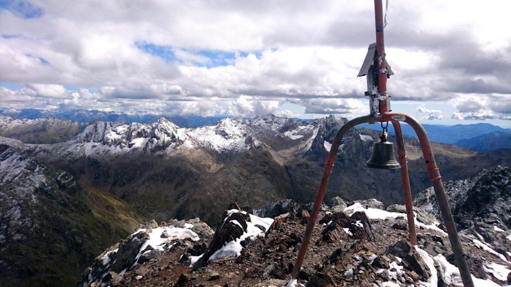 splendida vista dalla vetta del Diavolo della Malgina con sullo sfondo il Pizzo Strinato, il Monte Gleno e il Recastello