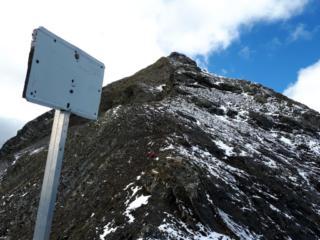 intanto, Erica al passo era curiosa di sapere cosa ci fosse scritto su un cartello bianco distante qualche decina di metri sulla cresta. La segue, e questo è risultato....... :P