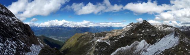 panorama in direzione della Valtellina dal passo della Malgina