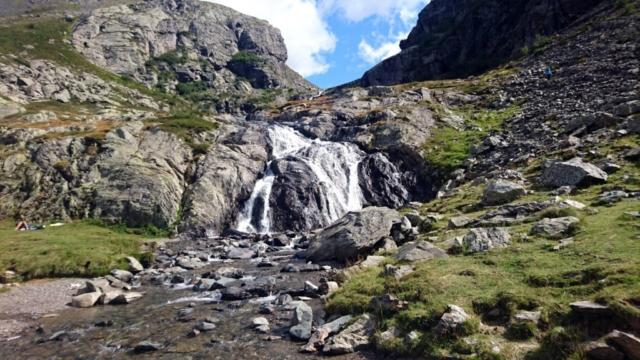la cascatella che scende tra il Recastello e il monte Gleno nel pomeriggio