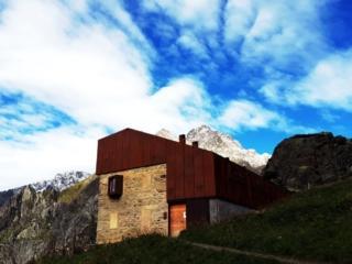 il nuovo ostello al rifugio Curò che è stato di recente ristrutturato e che è l'ostello più alto d'Italia