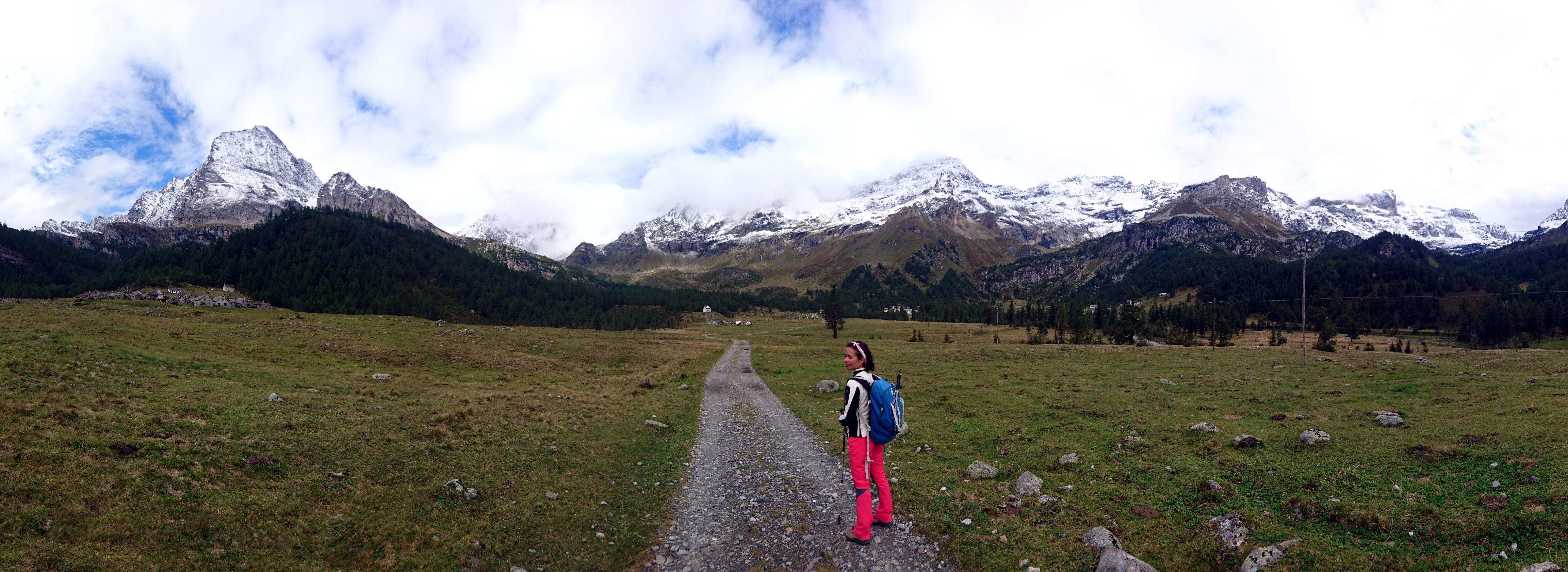 pascoli e boschi a perdita d'occhio e gli agglomerati rurali dell'Alpe Veglia, non molto frequentata d'estate e praticamente deserta d'inverno, se non per qualche raro scialpinista
