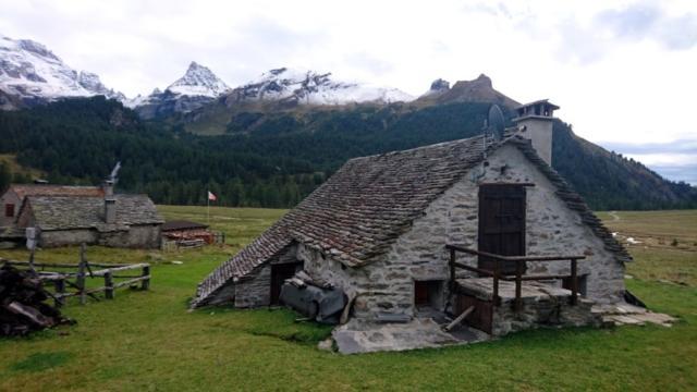 le casette dell'Alpe Veglia, rustiche fin che si vuole ma la parabola non manca in nessuna