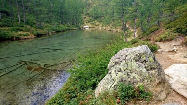 l'acqua limpidissima del Lago delle Streghe