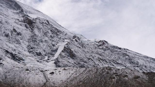 lingue di ghiaccio e seracchi sulle pareti del Monte Leone, imbiancato di neve fresca