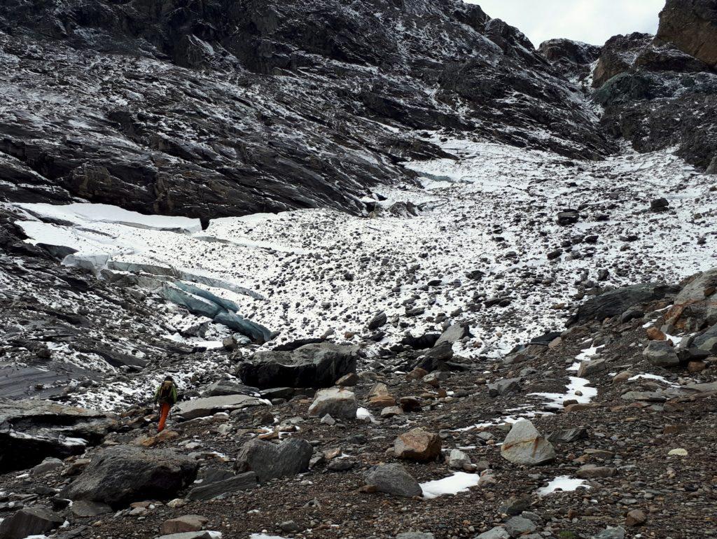 siamo ormai arrivati all'ultima propaggine del ghiacciaio: a vederlo così non ci fa ben sperare per il proseguo dell'escursione