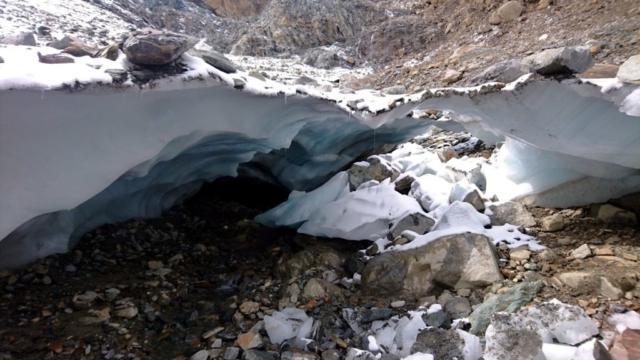 i rivi creati dallo scioglimento formano una rete sotterranea sotto il ghiacciaio: bellissimo ma pericoloso
